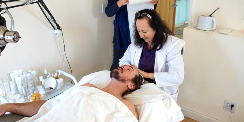 David_Shark_Fralick_with_Mariana_Chicet_Facial_Mask_Treatment_DSC01011