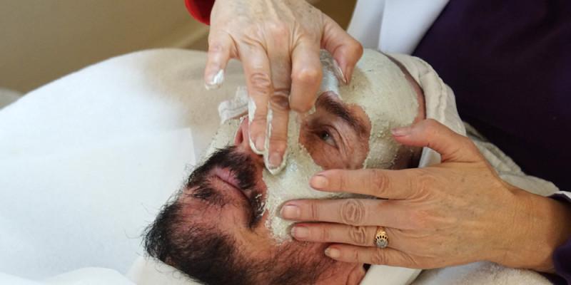 David_Shark_Fralick_with_Mariana_Chicet_Facial_Mask_Treatment_DSC01046